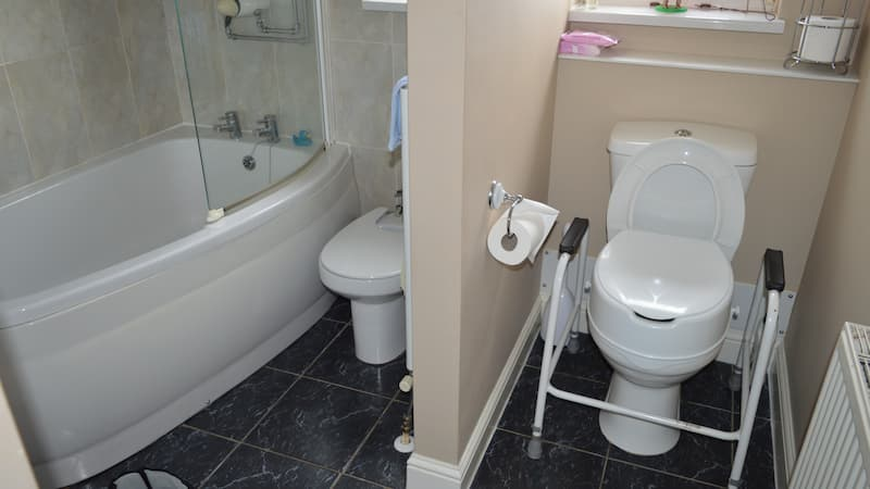Toilet with supports, bath with bathscreen